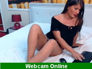 A esta sexy morena le encanta chupar pollas por la webcam