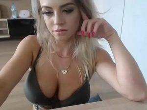 Rubia tetona con webcam en vivo en Videochat