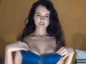 De las cosas más morbosas que puedes ver con la webcam es a una adolescente de 18 años grabando un show casero desnuda y con las hormonas muy alteradas