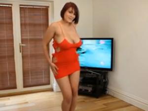 Mercedes la Milf Tetuda se Desnuda Bailando