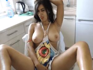 Cibersexo en la cocina cuando se queda sola en casa