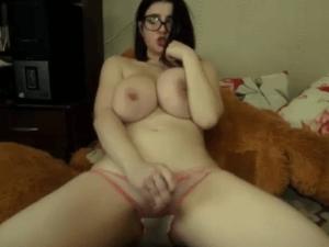 Muchacha con Tetazas Enseña su Masturbada