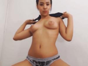 Pervertida Rasurada hace Streptease en Webcam