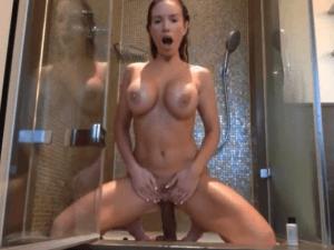 Milf con Cuerpo Perfecto se Masturba en la Ducha