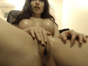 Morena Satisface sus Deseos con su Juguete Erótico