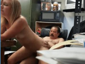 Sexy Mujer Rubia y Nalgona se Folla al Jefe Maduro