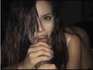 Adicta al Sexo se la Chupa a Pelo por la webcam