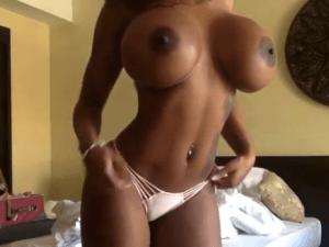 Negra Tetona Exhibe sus Pezones en Chat de Video