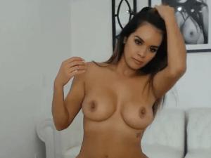 Daisy se Masturba con Juguetes en el Videochat
