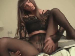 Morena de Panties Negros hace un Show Erótico