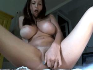 Tetona se Pajea Duro en el Chat hasta el Orgasmo