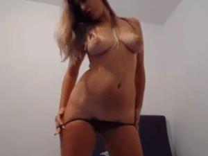 Chica Sexy se Desnuda muy Sensual en la Cámara