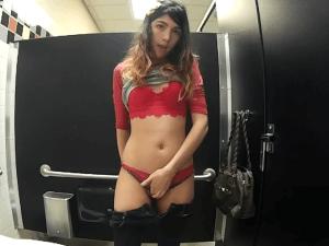 Joven Estudiante se Desnuda en un Baño Público