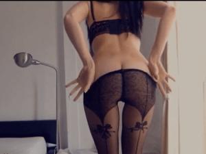 Morena con Lencería Erótica se Conecta al Videochat