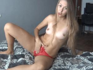 Rubia Sexy se Mete sus Bragas Rojas en el Coño