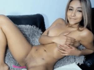 Sexy Latina de Piel Canela se Excita en el Chat