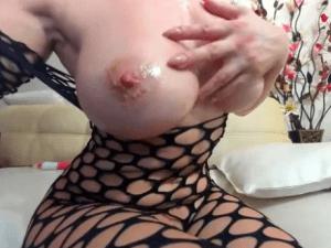 Doctora Sexy muestra sus Enormes Senos ante la Cámara