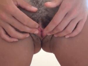 Putita enseña su Coño peludo por webcam en Primer Plano