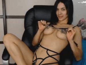 Tremendo Pivón Con Un Body De Cuerdas Se Desnuda En Directo