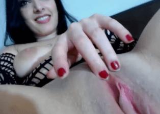 Valeria Vestida como una Puta nos Enseña su Coño Húmedo