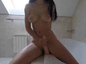 Chica en la Bañera Estrena su Dildo por Webcam