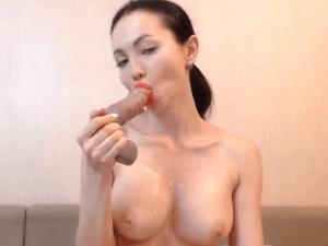 Modelo Rusa Desnuda en Directo con Pene de Goma