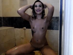Mujer Desnuda en la Ducha lo transmite con Webcam