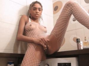 Negra se Masturba por Cam en el Baño a Escondidas
