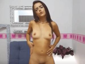 Chica de 18 años se Desnuda delante de la Cámara