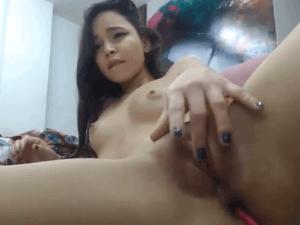 Chica de Rasgos Asiáticos hace Travesuras en Cam