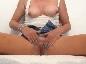 Puta con la Vagina Rasurada se Masturba en Casa