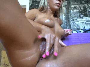 Rubita Aceitada Enseña su Cuerpo Desnudo en Cam