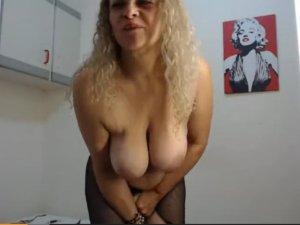 Abuela Tetona Hace Cibersexo en Directo