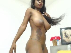 Diosa Negra del Ébano Enseña sus Senos por Cam