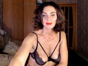 Mujer Adulta se Desnuda ante la Cámara Web Online
