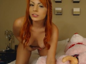 Culona Pelirroja en Webcam Follando con Consolador