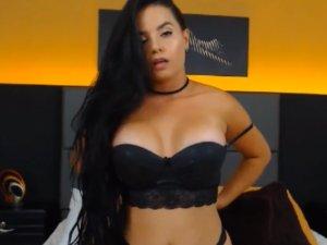 Milf Morena Masturbándose en Videochat con Usuario