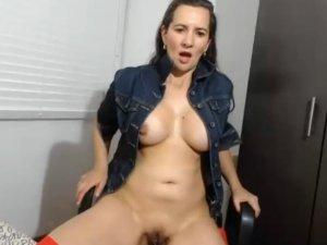 Señora Buenorra Masturba su Clítoris en su Show