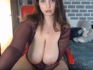 Bella Mujer Escupe Sobre sus Pechos Enormes