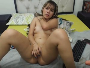 Putita de Chochito Caliente se Come un Dildo en Cam