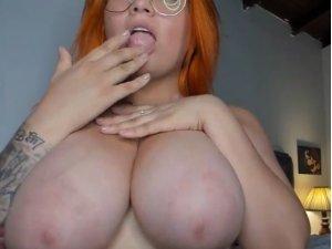 Gordita Sexy Pelirroja te Ofrece Tetazas Online