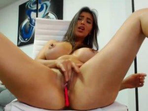 Las Tetas Picudas de una Camgirl Sexy en Webcam