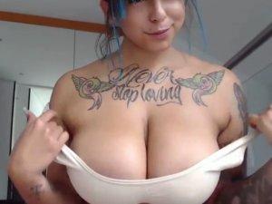 Chica Tatuada con Buenas Tetas Juega Solita