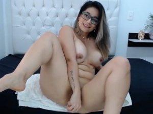 Su Coño Abierto en Webcam Usando un Juguete